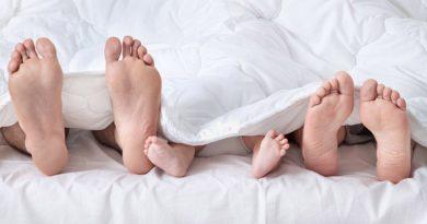 Мой муж позволяет нашей дочери спать между нами...